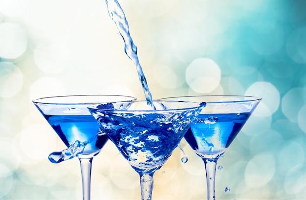 Cocktails bleus dans des verres