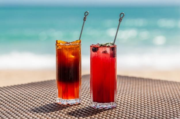 Cocktails colorés exotiques sur table au concept de vacances d'été au bord de la mer