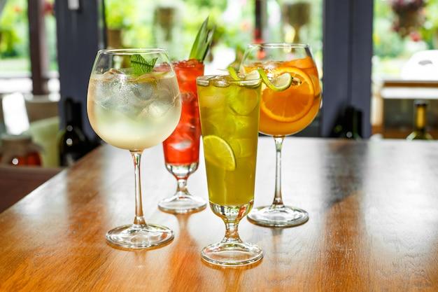 Cocktails colorés sur la table de bar au restaurant.
