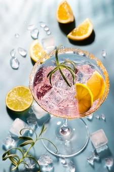 Cocktails colorés sur la table du bar au restaurant