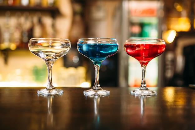 Cocktails sur comptoir de bar en bois gros plan