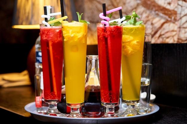 Cocktails de couleurs vives froides sur un plateau.