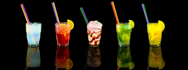 Cocktails d'été rafraîchissants sur noir
