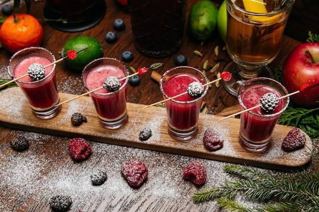 Cocktails à la framboise avec des cônes de sapin sur le bureau en bois sur la table au restaurant