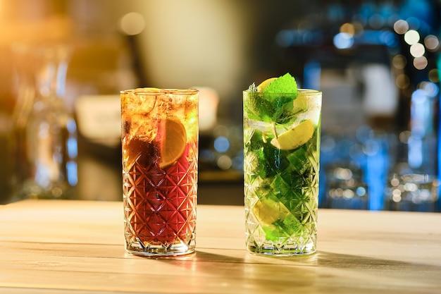 Cocktails froids classiques - rhum et cola et mojito