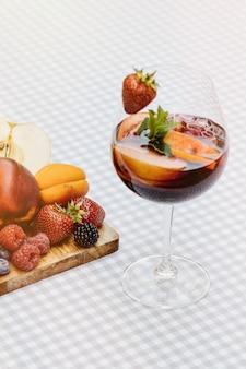 Cocktails de fruits sur une table en bois blanc avec des baies et des feuilles de menthe