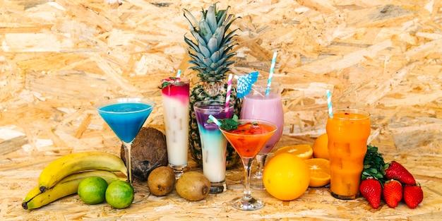 Cocktails et fruits tropicaux