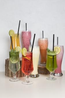 Cocktails de jus de fruits sur une souche de bois