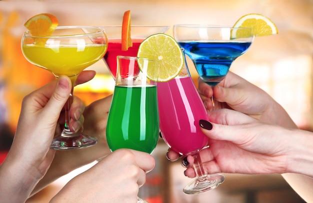 Cocktails en mains au café