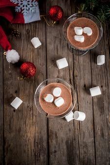 Cocktails mmartini au chocolat chaud faits maison avec des guimauves