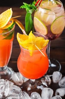 Cocktails multicolores au bar gros plan