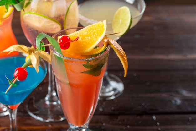 Cocktails multicolores au bar gros plan