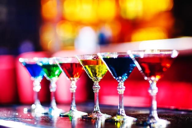 Cocktails multicolores au bar.