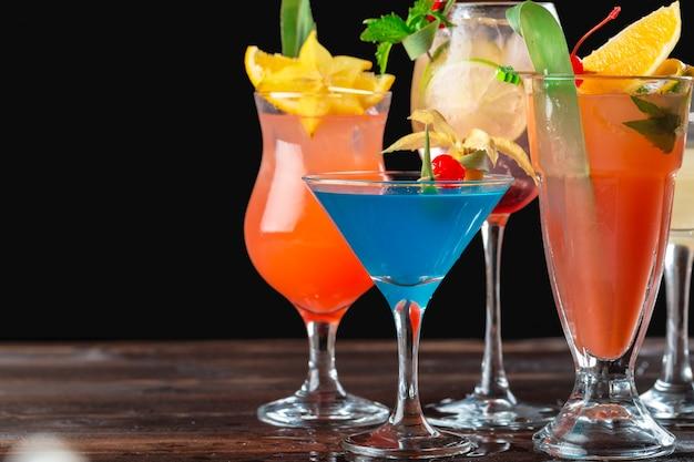 Cocktails multicolores au bar