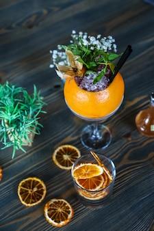 Cocktails de pamplemousse glace eau pétillante romarin syrop fleurs vue latérale