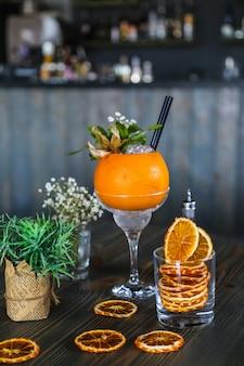 Cocktails de pamplemousse glace eau pétillante syrop fleurs vue latérale