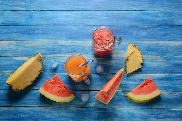 Cocktails de pastèque et ananas frais dans des verres