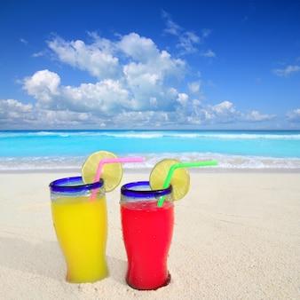 Cocktails de plage jaune rouge dans la mer tropicale des caraïbes