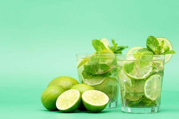 Cocktails rafraîchissants mojito dans les verres
