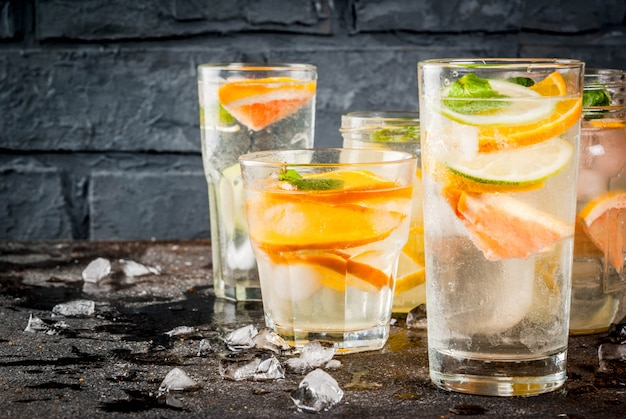 Cocktails sains d'été, ensemble de diverses eaux infusées aux agrumes, limonades ou mojitos