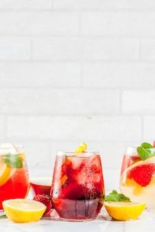 Cocktails sangria rose blanc et rouge froid avec des fruits frais et de la menthe.