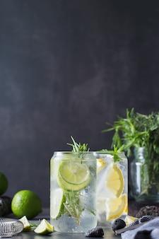 Cocktails seltzer durs au citron vert et au citron et accessoires de barman