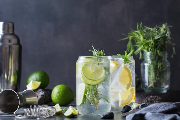 Cocktails seltzer durs au citron vert et citron sur une table. boisson rafraîchissante d'été, boisson