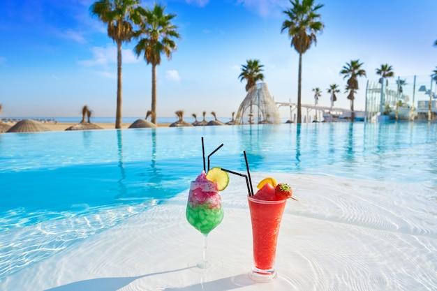 Cocktails tropicaux dans la piscine à débordement
