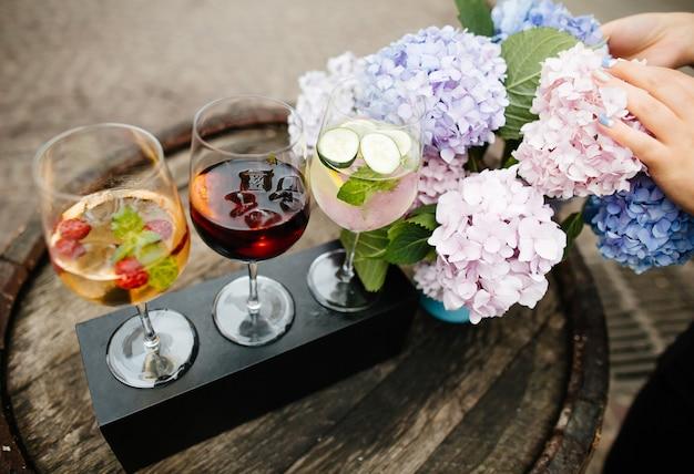 Cocktails de vin avec macarons et fleurs