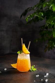 Cocktial froid frais avec orange, glace pilée et menthe, et concept de bar