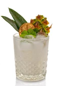 Coctkail alcool à l'ananas et au gingembre isolé sur fond blanc