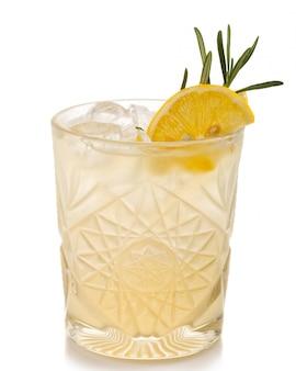 Coctkail alcool avec citron et épices isolés on white