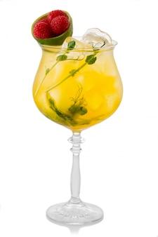 Coctkail alcool jaune avec citron vert framboises fraîches isolé sur blanc