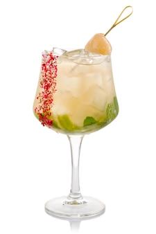 Coctkail alcool vert à la menthe fraîche et litchi isolé sur blanc