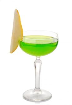 Coctkail d'alcool vert avec une tranche de poire isolée sur fond blanc