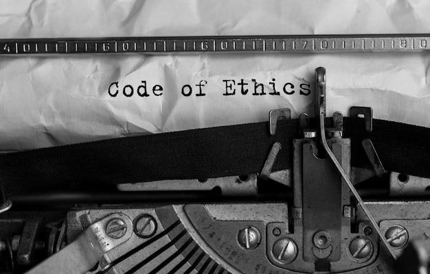 Code d'éthique texte tapé sur machine à écrire rétro