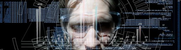 Code informatique binaire virtuel devant le visage du jeune homme