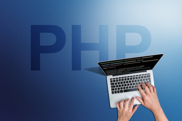 Code de langage de programmation php avec personne et ordinateur portable.