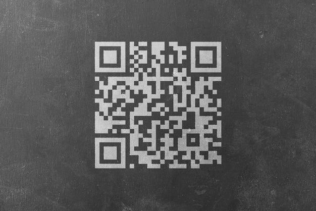 Le code qr imprimé sur la surface du mur scanne pour le paiement