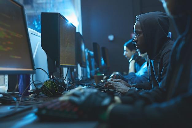 Codeurs dans la salle des serveurs
