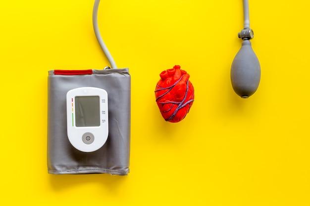 Coeur anatomique humain en pâte à modeler avec tonomètre