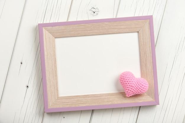 Coeur au crochet rose et cadre en bois vierge