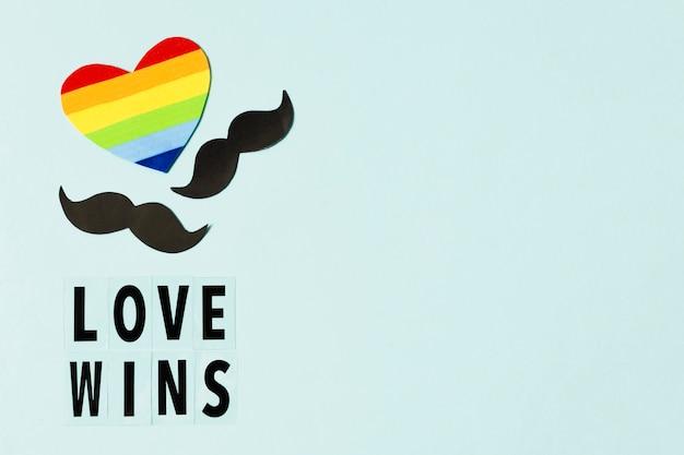 Coeur aux couleurs de l'arc-en-ciel avec symboles de moustaches