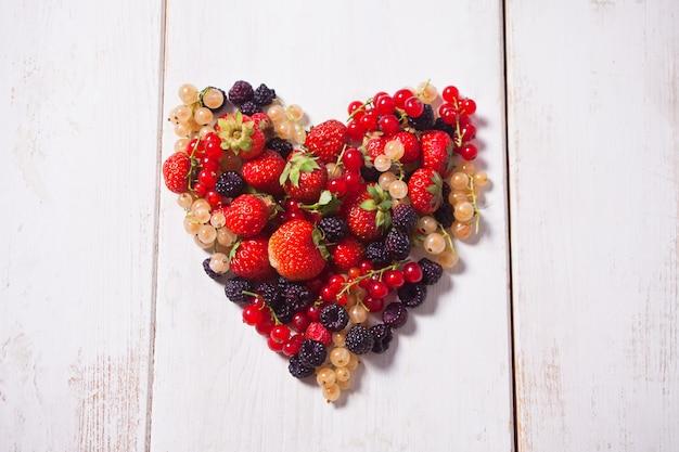 Coeur de baies mélangées sur bois blanc