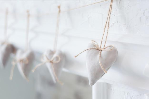 Coeur blanc en textile fait à la main sur blanc