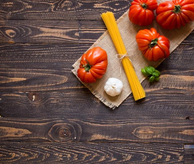 Coeur de boeuf tomates sur l'espace libre de fond bois rustique pour texte.