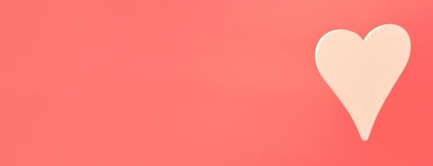 Coeur en bois blanc sur une bannière rose