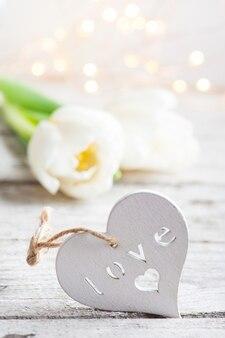 Coeur en bois blanc avec tulipes et lumières