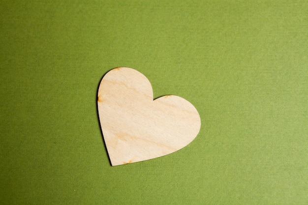 Coeur en bois sur fond vert