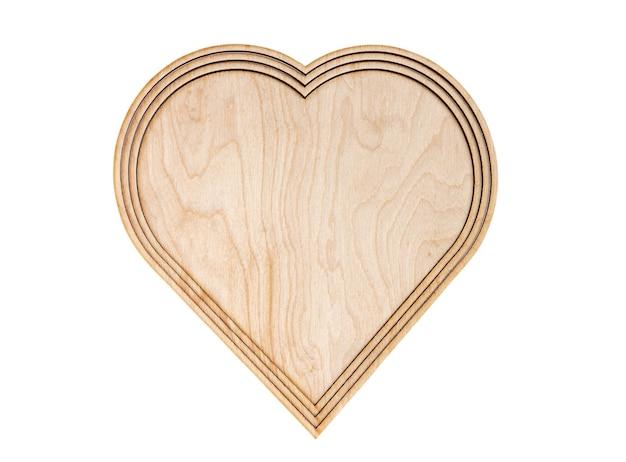 Coeur en bois isolé sur fond blanc